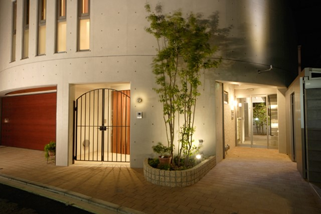 吉祥寺モデル 曲面壁が目を惹く 4階建てRC造り賃貸併用住宅