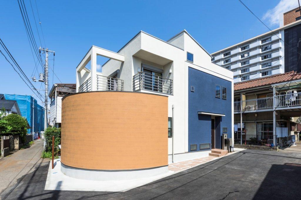 施工事例(西東京市)|ブルーとイエローの組み合わせの外観が爽やか
